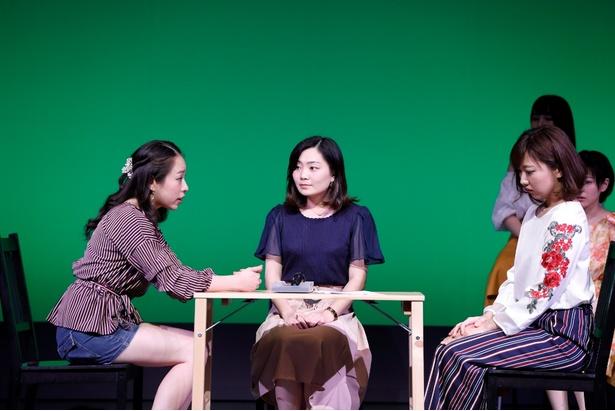グループBの集団演技(左より、はらみか、柴田梨奈、鍋島瑠衣)