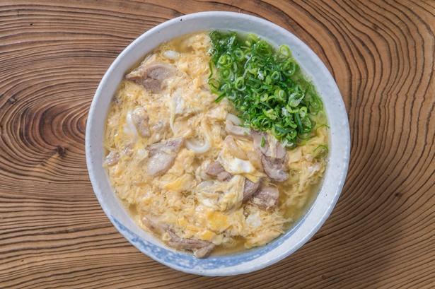 ふわふわの卵と鶏肉がたっぷり入った「親子うどん」(580円)