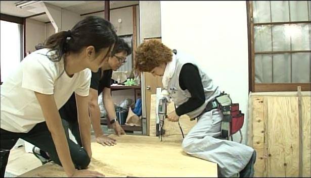 """""""ビフォーアフター工務店""""のメンバーは強力しながら作業していく"""