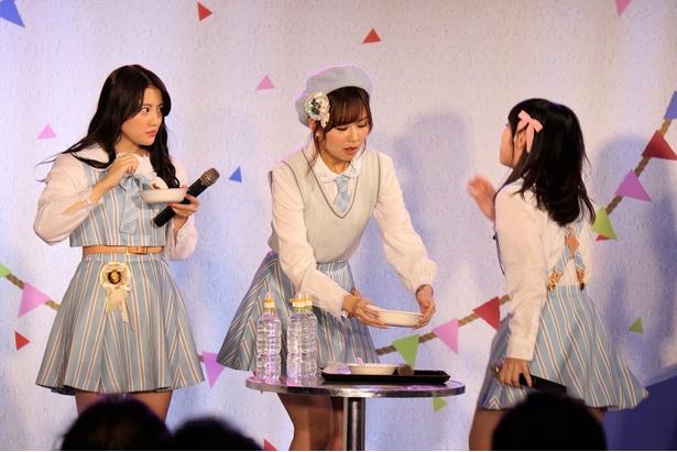 第2部の罰ゲーム「激辛カレー」。木本は平然としているが、佐藤と仲村和泉(右)は辛さのあまり動き出す