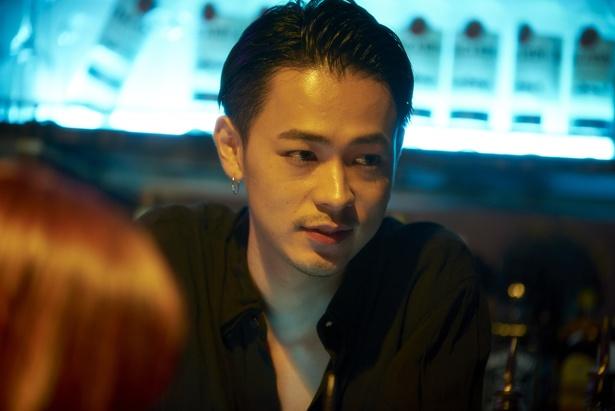 成田凌はクラブのバーテンのジョーとして登場