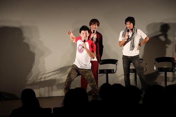 【写真を見る】成田選手へプロレスでの決めポーズを指導する、楽しげな井上と渡部