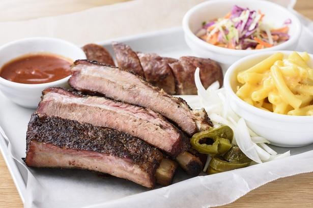 RIBS/リブ(BBQ COMBO PLATE)。骨からお肉がホロリ、柔らかくジューシーな一品。
