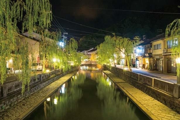 【写真を見る】夜になるとライトアップされ、違った雰囲気に/城崎温泉