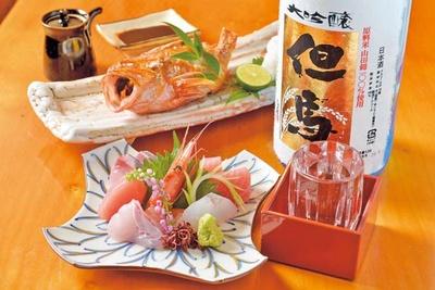 「造りの盛り合わせ」(手前・1600円)と身が淡白で脂がのった高級魚「キチジの塩焼き」(奥・1000円)/美食遊楽 とみや