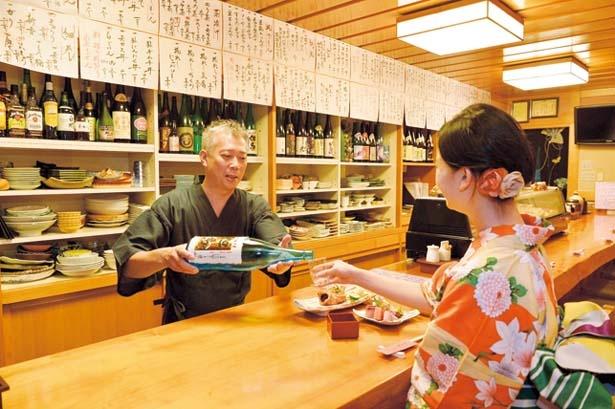 店主とのカウンター越しの会話はひとり旅ならではの楽しみ/美食遊楽 とみや
