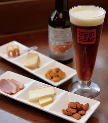 「KINOSAKI BEER・カニビール」(500円・ビン470円)と「自家燻製6種盛り合わせ」(1000円)/城崎町屋 地ビールレストラン GUBIGABU