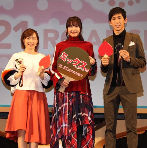 【写真を見る】新垣結衣、チェック柄のアシンメトリーなスカートがキュート!
