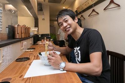 「醤油感がしっかり出ていて、鶏の旨味と上手くシンクロしています!」と鶏出汁中華を絶賛する横山アナ/別邸 三く 中華㐂蕎麦 萃