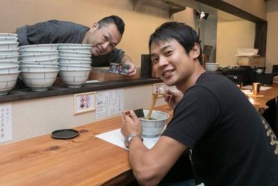 「エグミとかがなくて素直においしいと感じます。タレもいい仕事しています!」と、貝出汁中華にも満足の横山アナ/別邸 三く 中華㐂蕎麦 萃