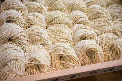 和そばと中華そばのええとこどりのような麺は、そばのように手切り/別邸 三く 中華㐂蕎麦 萃