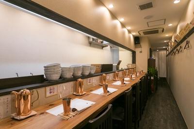 木目を生かしたカウンターなど、上品な割烹や和食店のような店内/別邸 三く 中華㐂蕎麦 萃