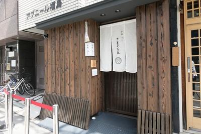 あみだ池筋側なので、福島でも比較的な落ち着いた雰囲気のエリア/別邸 三く 中華㐂蕎麦 萃