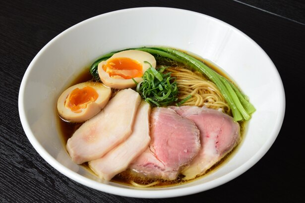 鶏ガラ+丸鶏の清湯スープが特徴で、鮮烈な鶏の香りとその後に現れる力強い味わいが印象的な「特製芳醇鶏そば(醤油)」(980円)/麺や 福はら