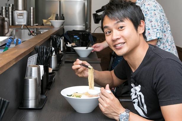 特製芳醇鶏そば(醤油)は「スープの中に鶏の旨味が凝縮されている!」と、実食の感想を語る横山アナ/麺や 福はら