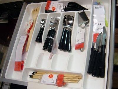 キッチンの引き出しの中も、収納の仕方が分かるように展示されている(IKEAポートアイランド)