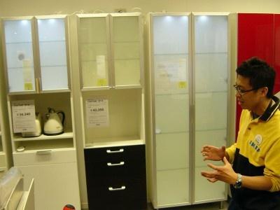棚の扉もバリエーション豊富。照明をつけたるのも自由だ(IKEAポートアイランド)