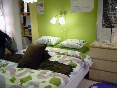 狭い部屋にも大きなダブルベットを配置。周囲には収納のアイデアが満載(IKEA鶴浜)