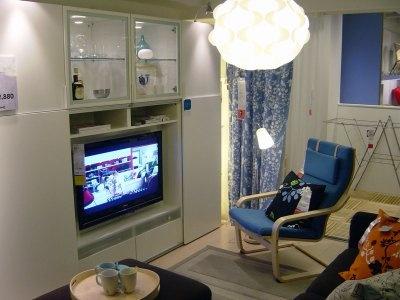 壁一面に棚をまとめてリビング。すっきりとしたリビングの見本だ(IKEA鶴浜)