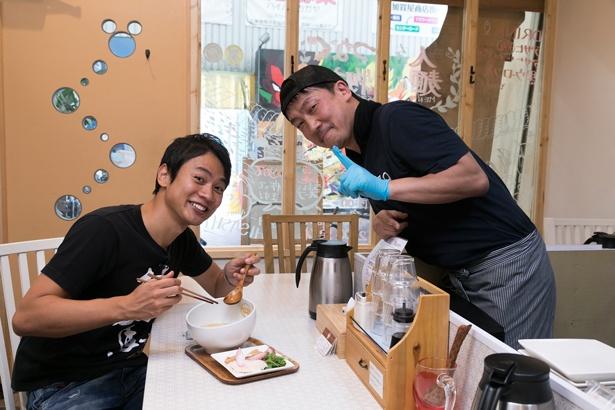 「ダシがしっかりとれる親鶏を加えているのもポイント」と、店主の細かなこだわりに顔がほころぶ横山アナ/麺物語 つなぐ