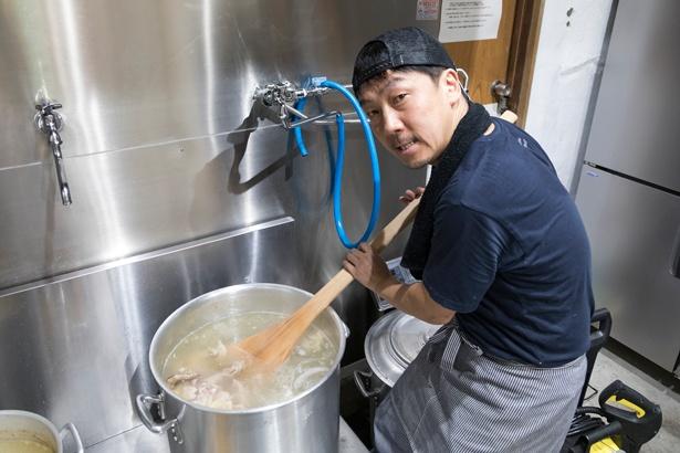 「器もスープの香りが感じやすい手前に斜めにカットされたものを使用しています」と店主の寺岡 壽さん/麺物語 つなぐ