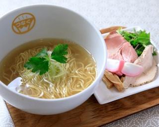 ブランド鶏と魚介のスープに4種の塩をブレンドした塩ダレで仕上げた「明日の塩らーめん」(750円)/麺物語 つなぐ