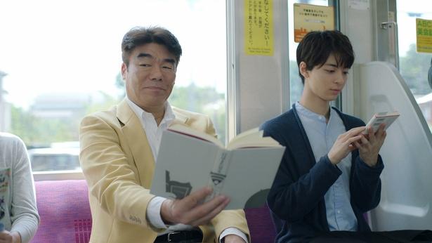 【写真を見る】村田雄浩と高杉真宙が中高年と若者の違いをコミカルに演じる