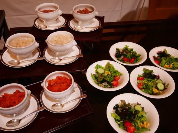 カレーと一緒に野菜サラダや福神漬け、ラッキョウなどの付け合わせも楽しもう