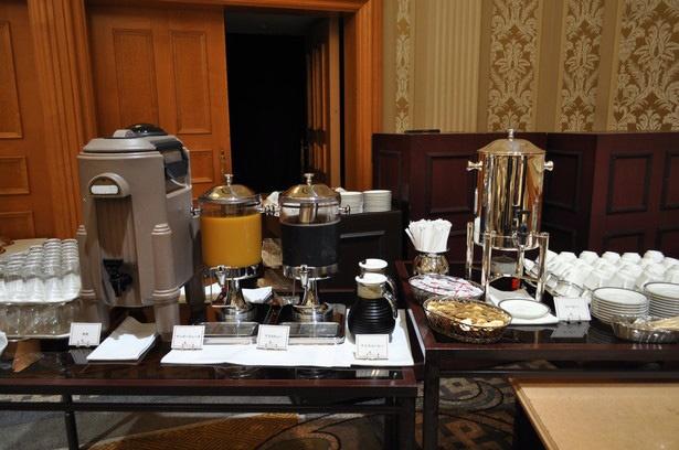 コーヒーや紅茶、マンゴージュースなどが飲めるドリンクバーもある