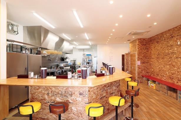 店内は高い天井、広々とした厨房で明るい雰囲気