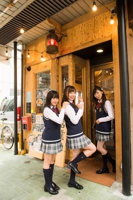 【写真を見る】「オシャレなお店にワクワクするね〜♪」(3人)