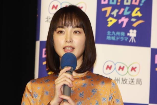 """福岡生まれの朝倉あきは、劇中で福岡弁と博多弁を間違える""""天然女子""""を演じている"""