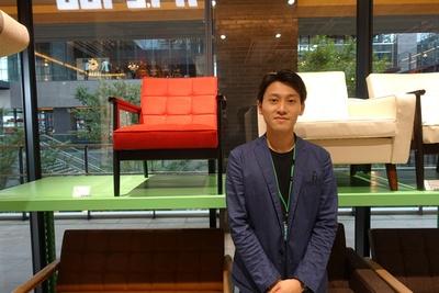 「大須DECO」店長の神谷さん。真面目な雰囲気で、商品の特徴を詳しく説明してくれた
