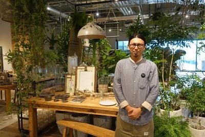 丸いメガネが印象的なgarageスタッフ・鈴木さん。穏やかな口調で丁寧に接客してくれた