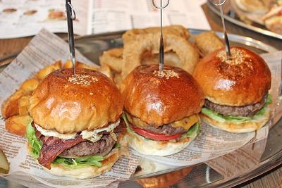 「THE CORNER~」のボリュームたっぷりのハンバーガー。左から、ザ・コーナーバーガー、チーズバーガー、ハンバーガー