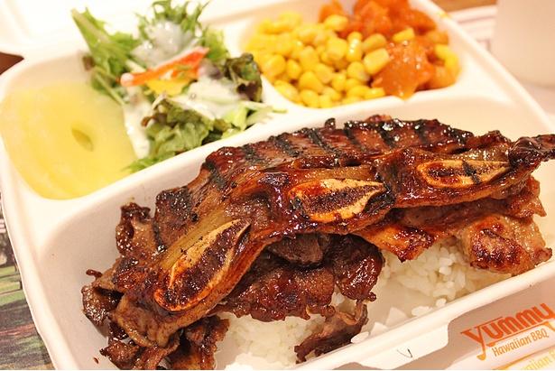 ヤミースペシャルは、3種類の肉がのる贅沢メニュー。骨付きカルビが甘くてジューシー。これ一膳でかなりおなかいっぱいになる