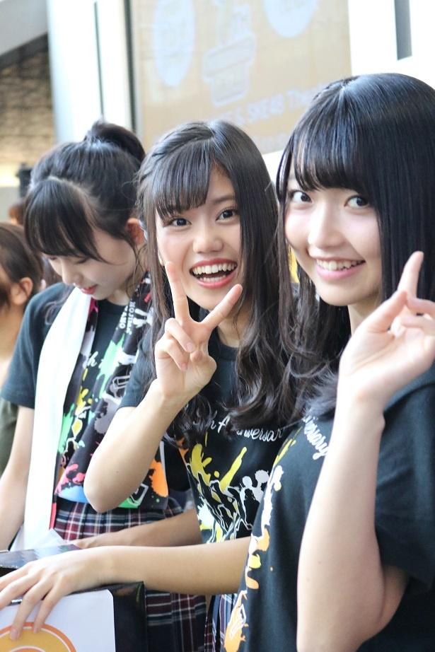 グランドキャニオン広場の物販に登場した町音葉(中央)と和田愛菜(右)