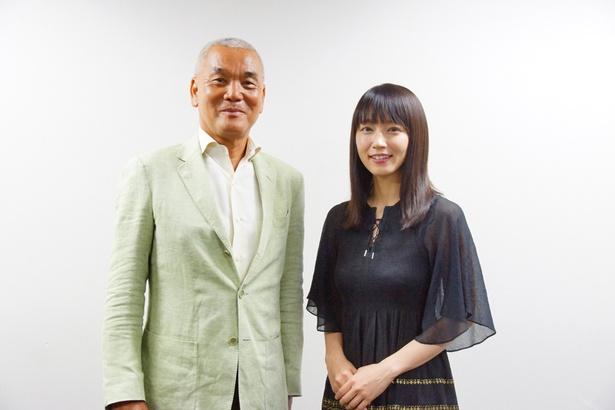 【写真を見る】吉岡さんとの対面に、岩合さん照れくさそう?