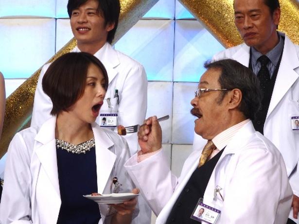 クイズに正解した西田が米倉にお肉を食べさせてあげる一幕も