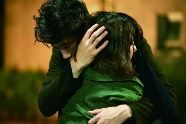 【写真を見る】坂口健太郎が有村架純を抱きしめる胸キュンシーン