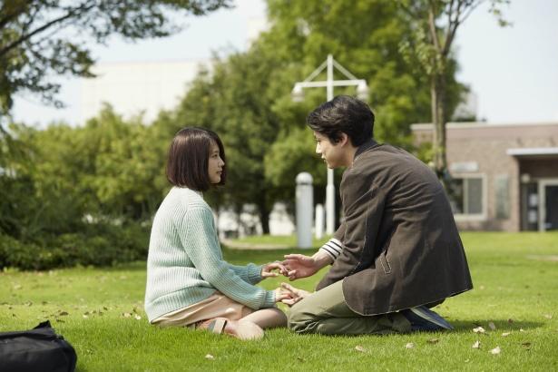泉は、同級生・小野怜二(坂口健太郎)とつき合うようになる