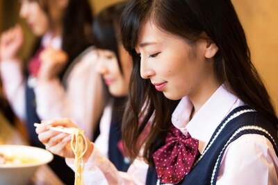 SKE48の卒業と同時に、ラーメン部も引退する大矢真那さん。本誌がラーメン部として最後の麺活に!