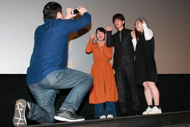 選ばれた観客は佐藤との記念撮影に大興奮
