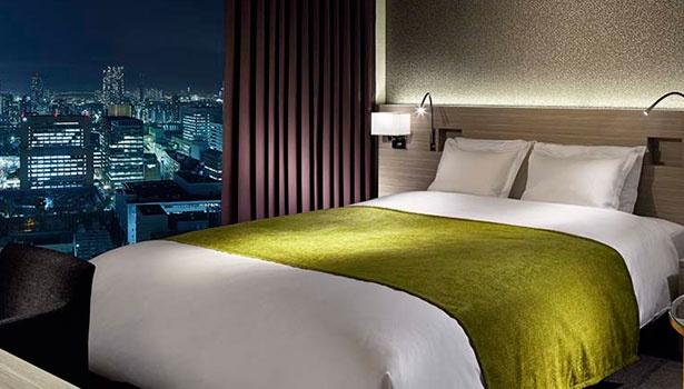 アースカラーの落ち着いた空間。夜景を独占できるビューバスルームを備えた客室も/三井ガーデンホテル銀座プレミア