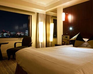 シックなカラーでまとめられた客室が、大人のくつろぎステイを演出する/ロイヤルパークホテル