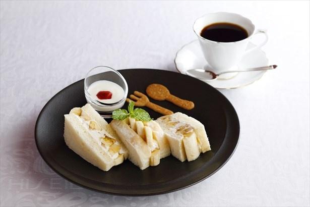 【写真を見る】国産のバナナを贅沢に使用した「岡山県産もんげーバナナのサンドウィッチ(1890円)」
