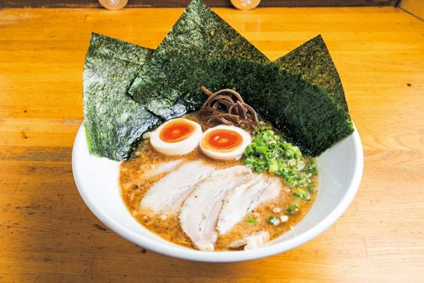 「ニネンヤラーメン」(790円)は、スープにはマー油が入り、コクが加わる。麺の硬さなどの指定も可/駅前豚骨ラーメン ニネンヤ