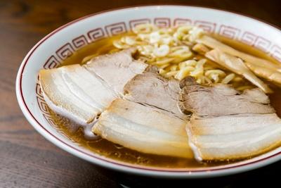「醤油ラーメン(すっきり)」(650円)は、豚骨や鶏ガラベースの清湯スープがアゴの風味を生かし、あと味スッキリ/きたかた食堂 南久宝寺店