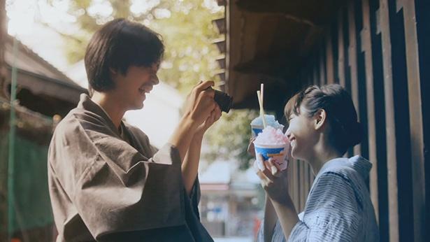 【写真を見る】浴衣姿で楽しそうな成田凌と藤野有理