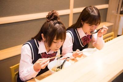 頼もしいレポートを終え、食べることに集中する2人